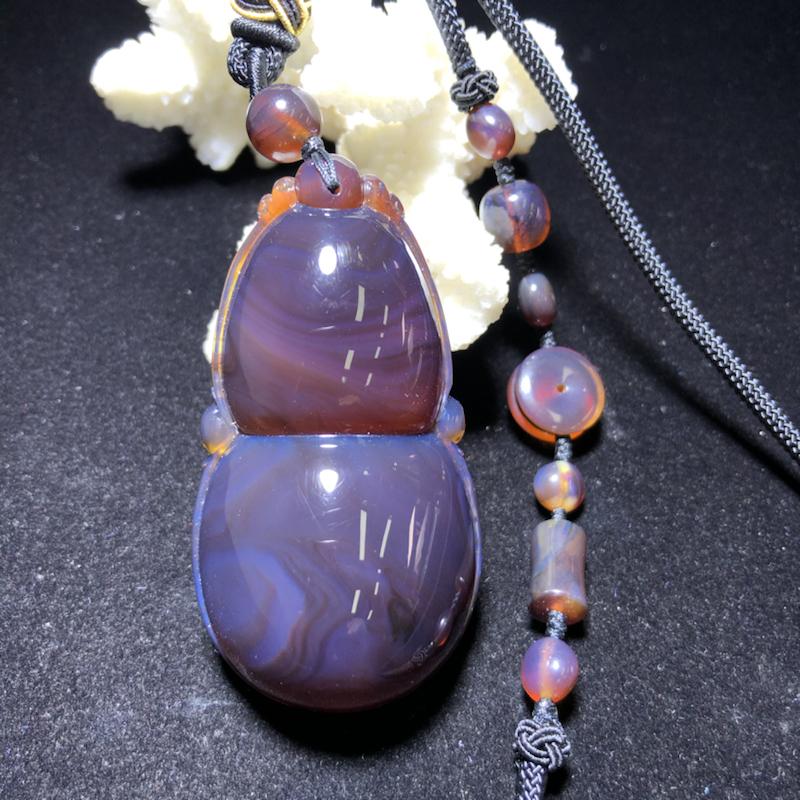 缅甸纯天然琥珀:黑加仑葫芦吊坠:净重约30.5克,形状规整,双面雕刻,飘红蜜,颜色漂亮,寓意好,搭配