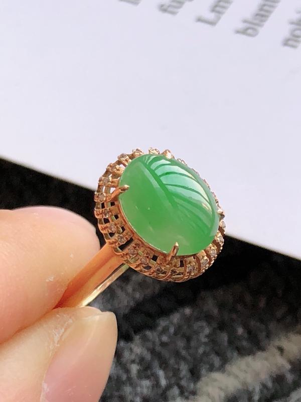 緬甸天然老坑A貨翡翠,内径:17.2mm 裸石尺寸:9.4*7.5*3.0mm 18K金伴钻镶嵌满绿