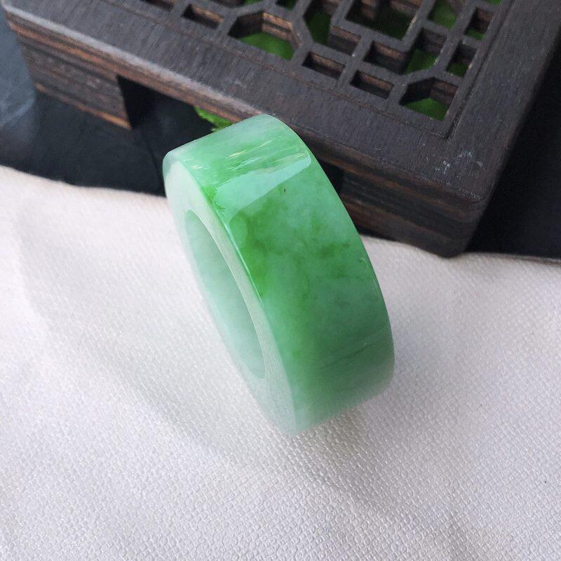 翡翠水润飘阳绿扳指。戒指