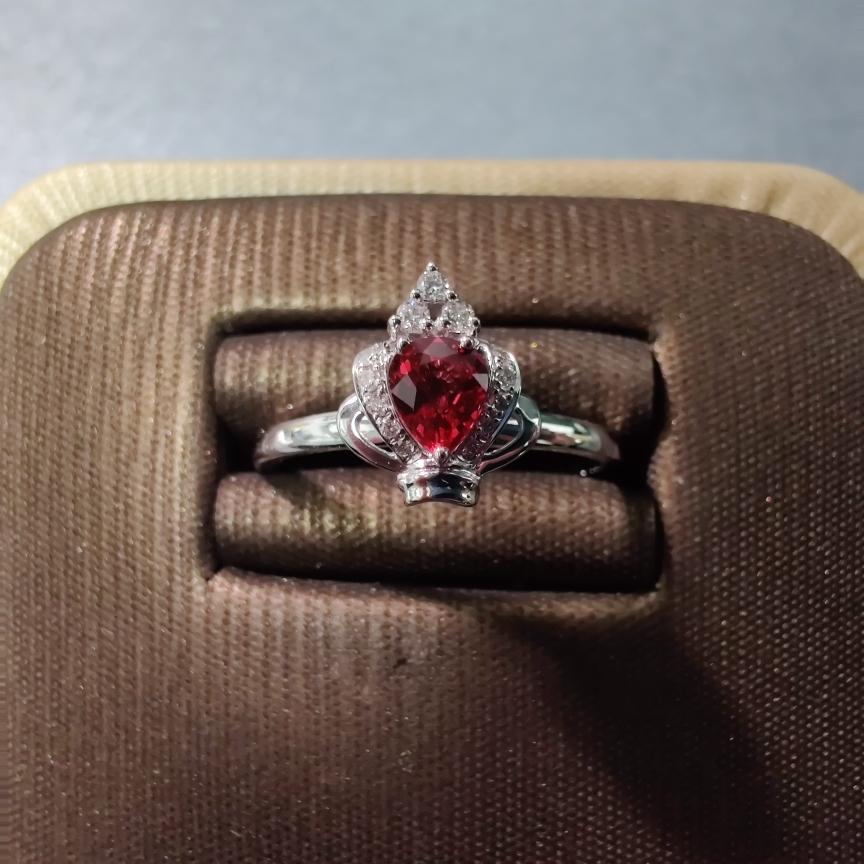【戒指】18k金+红宝石+钻石 宝石颜色纯正 切红精细 主石:0.32ct  货重:2.48g