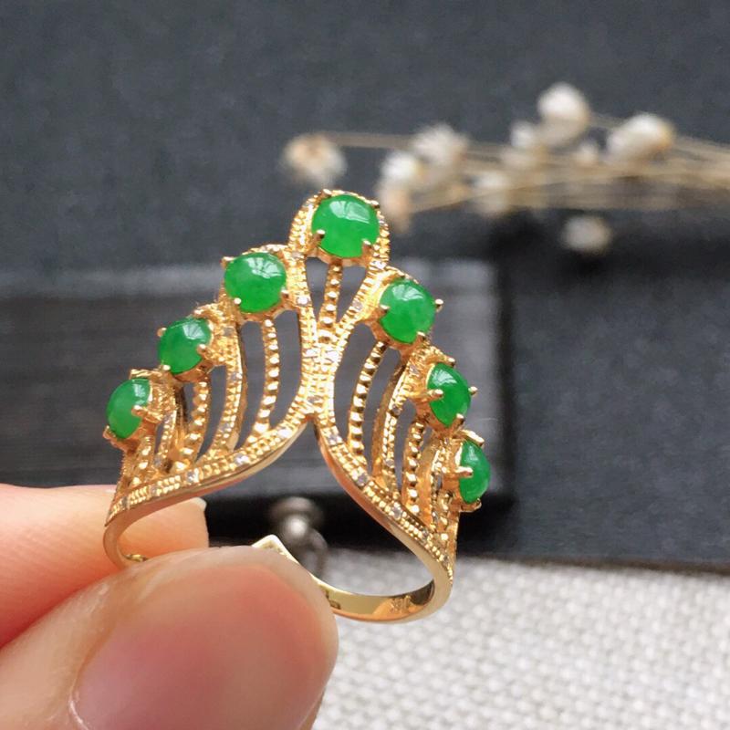 精品翡翠18K伴钻镶嵌戒指,雕工精美,玉质莹润,尺寸:内径16.9MM,玉:3.5*2MM,总质量: