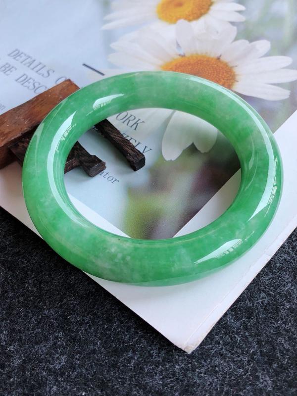 2.23.42完美圈口:56.3/13/12.9mm,满绿圆条高档手镯,满盎然的绿意,充满灵性的悠悠