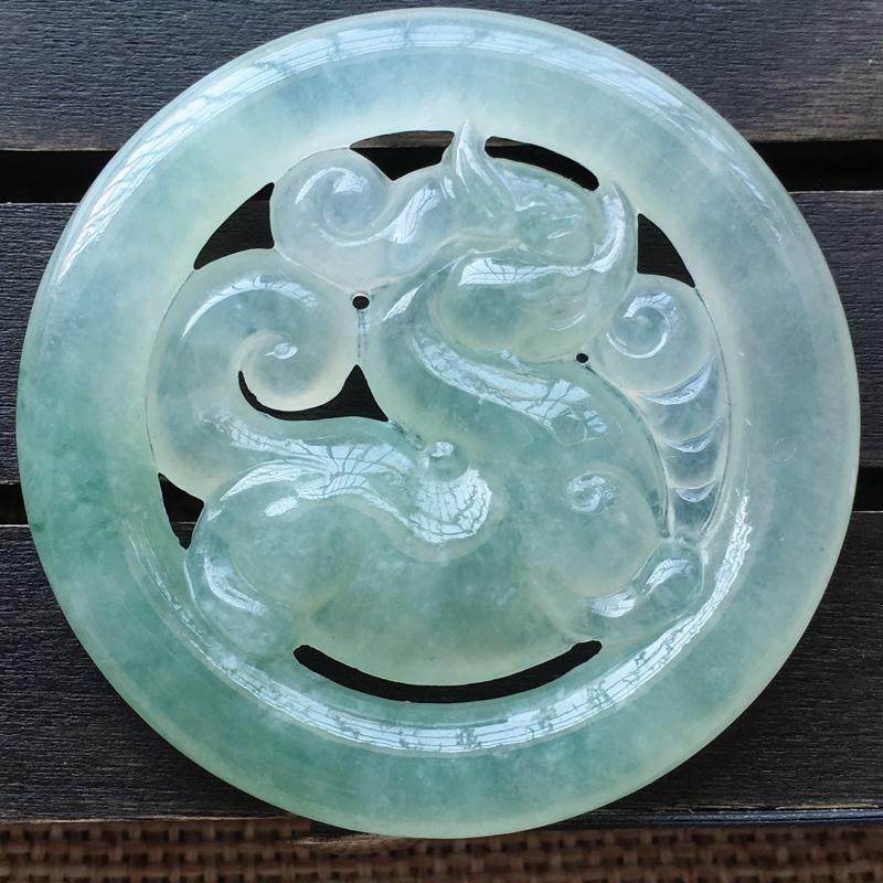 自然光实拍,缅甸a货翡翠,浅绿麒麟牌,种好水润,玉质细腻,工艺佳,饱满品相佳,有孔可直接佩戴。