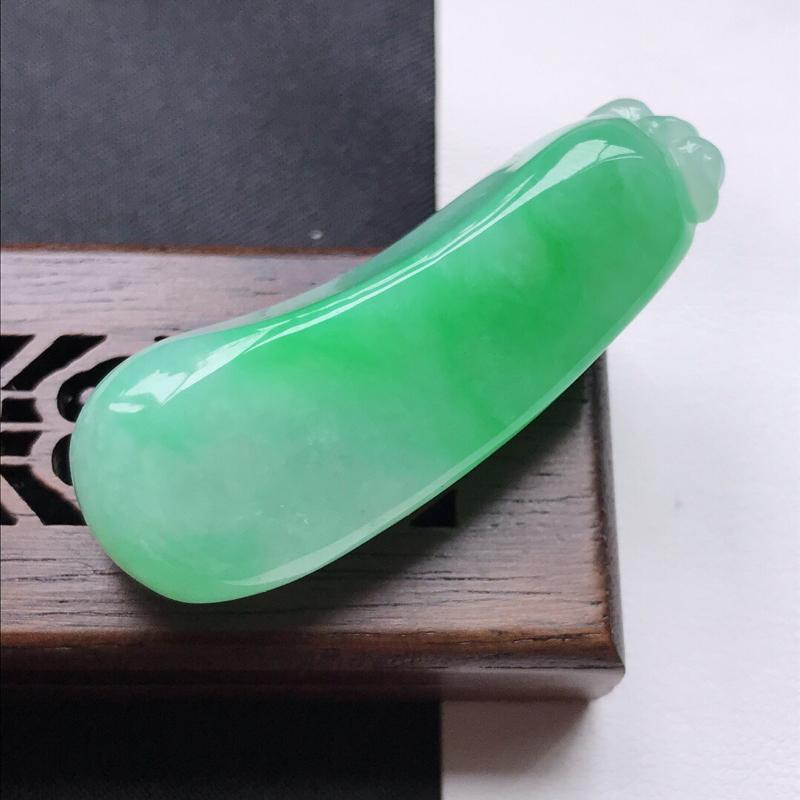 天然翡翠A货细糯种飘绿精美福瓜吊坠,尺寸46-17.5-13.3mm,玉质细腻,种水好 底色漂亮,上