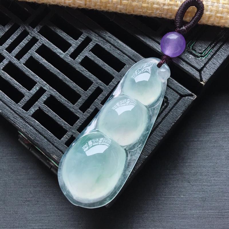 冰糯种飘绿四季豆吊坠,   料子细腻, 雕工精美,配装饰顶珠,尺寸:41.8×16×7mm