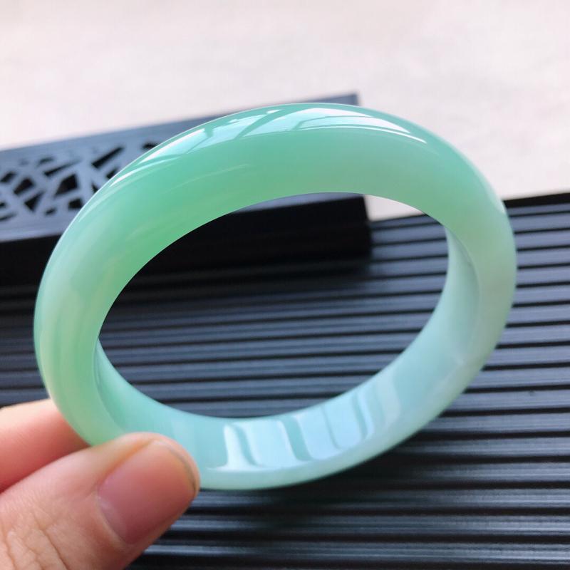 天然翡翠A货糯化种飘绿正圈手镯,尺寸61.6-13.8-8.6mm,玉质细腻,种水好,底色好,上手效
