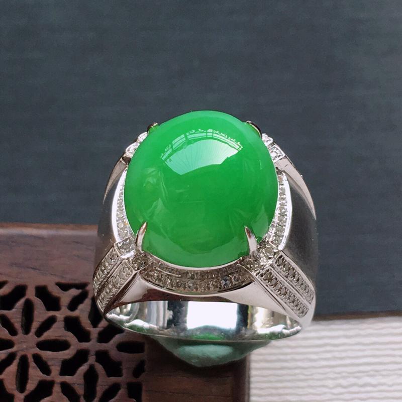 18k金镶嵌伴钻满绿蛋面戒指, 料子细腻,雕工精美,颜色漂亮,含金尺寸:17×16×11mm  裸石