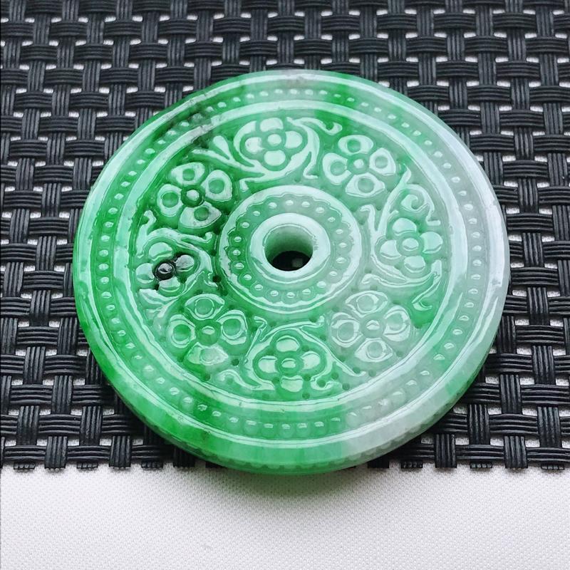 翡翠A货,糯种飘阳绿雕花平安扣吊坠,玉质细腻,底色漂亮,上身高贵尺寸56.3/56.3/6.6,