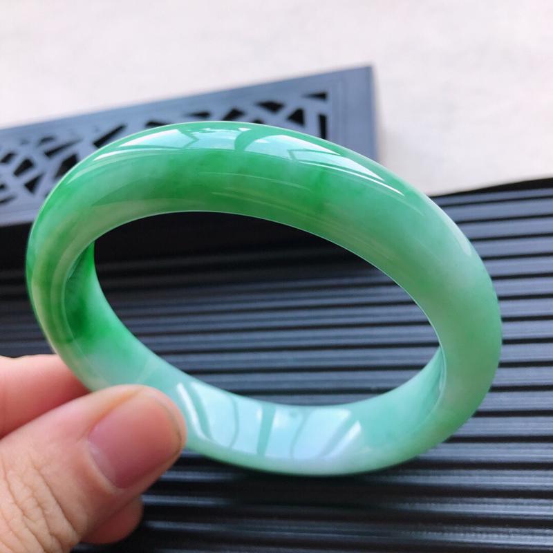 天然翡翠A货细糯种飘绿正圈手镯,尺寸58-12.9-8.1mm,玉质细腻,种水好,底色好,上手效果漂