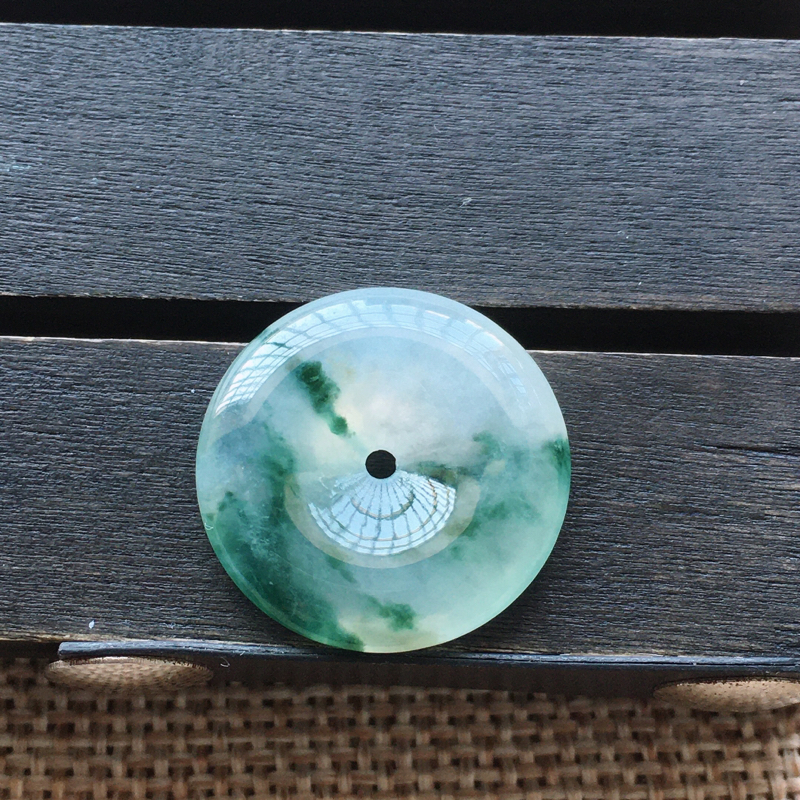 自然光实拍,缅甸a货翡翠,飘花平安扣,种好水润,玉质细腻,工艺佳,饱满品相佳,有孔可直接佩戴。