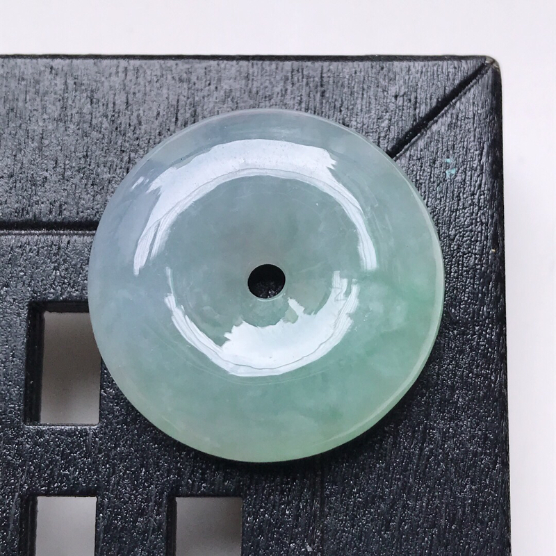 天然翡翠A货。飘绿平安扣吊坠。玉质莹润,品相极佳。尺寸:24.8*6.6mm。