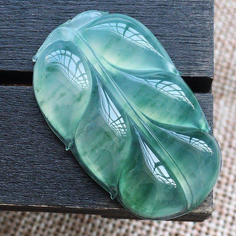 自然光实拍,缅甸a货翡翠,冰种飘花玉叶,事业有成,种好通透,水润玉质细腻,胶感,饱满品相佳,有孔可直