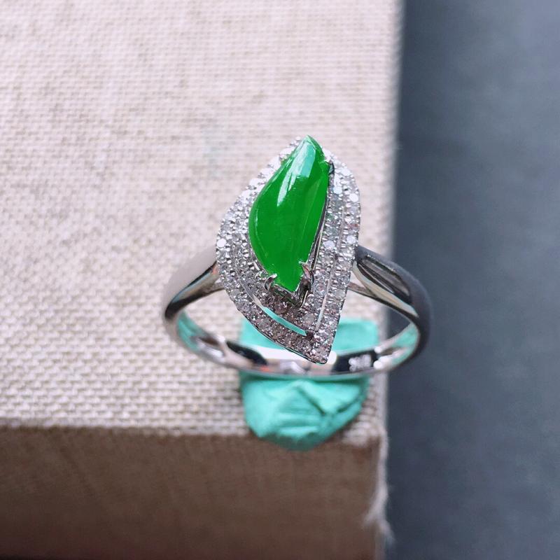18k金镶嵌双围钻满绿随形戒指。料子细腻,雕工精美,颜色漂亮,