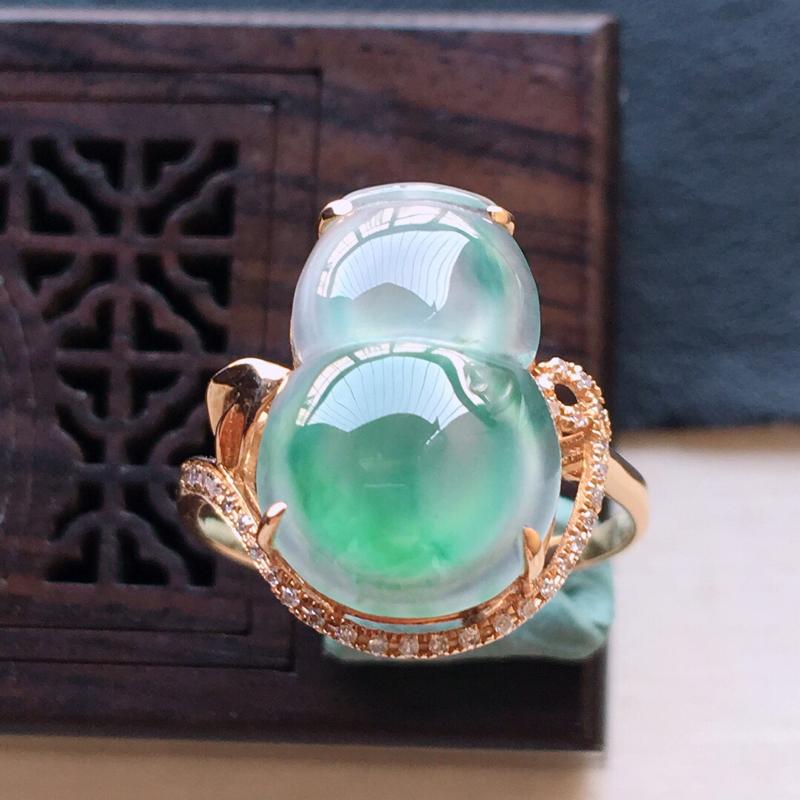 18k金镶嵌伴钻冰种起光飘绿葫芦戒指。料子细腻,雕工精美,颜色漂亮,