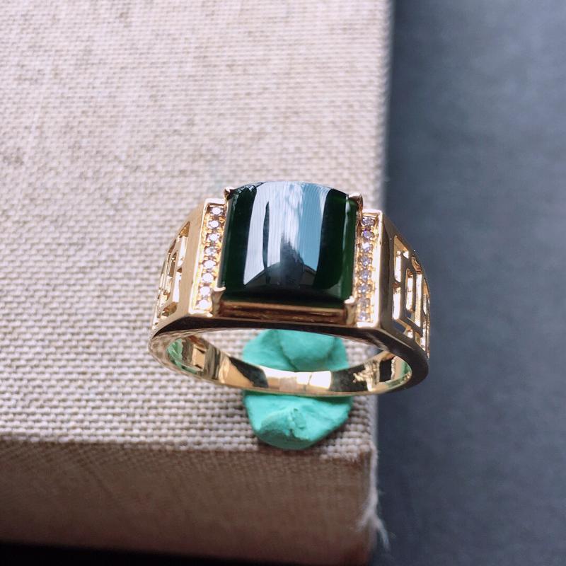 18k金镶嵌伴钻墨翠戒指。料子细腻,雕工精美,颜色漂亮,