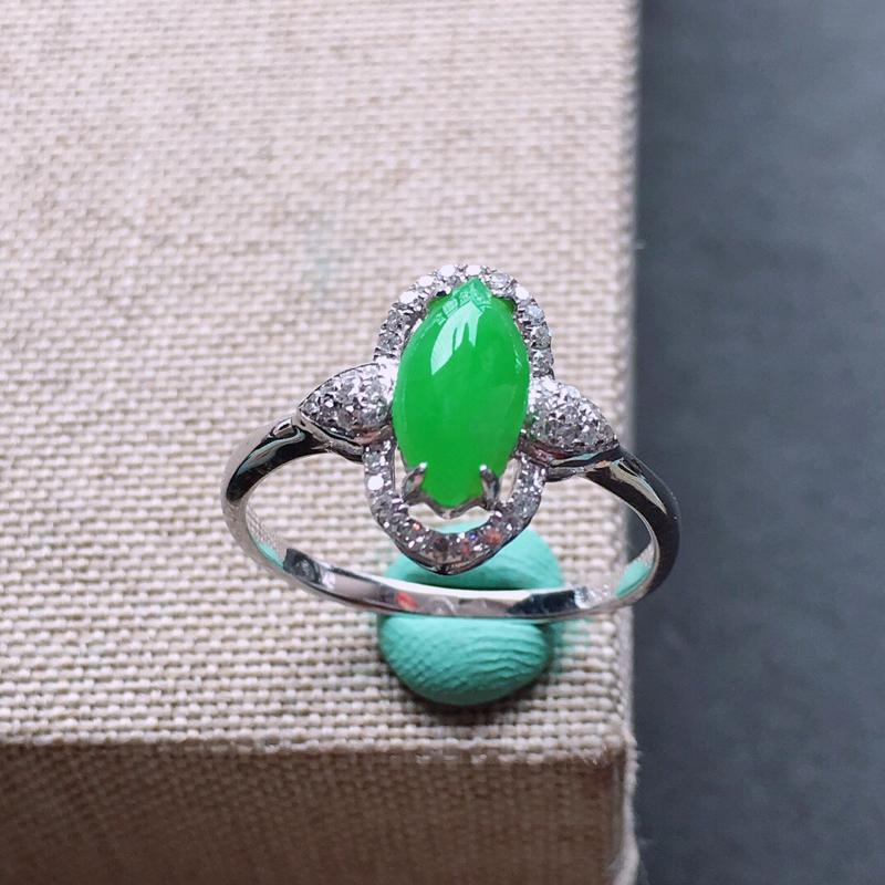 18k金镶嵌围钻满绿色戒指。料子细腻,雕工精美,颜色漂亮,