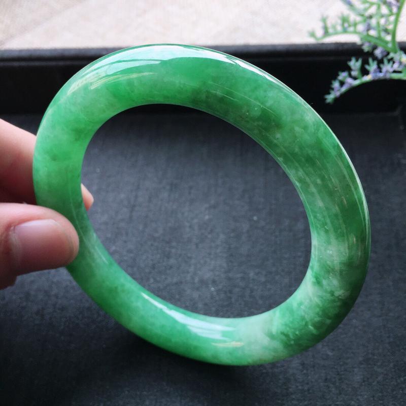 精品翡翠圆条手镯,雕工精美,玉质莹润,尺寸:内径:57.1MM,玉:10.5*11.1MM,总质量: