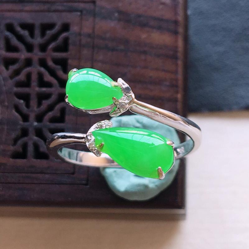 18k金镶嵌伴钻满绿戒指。料子细腻,雕工精美,颜色漂亮,