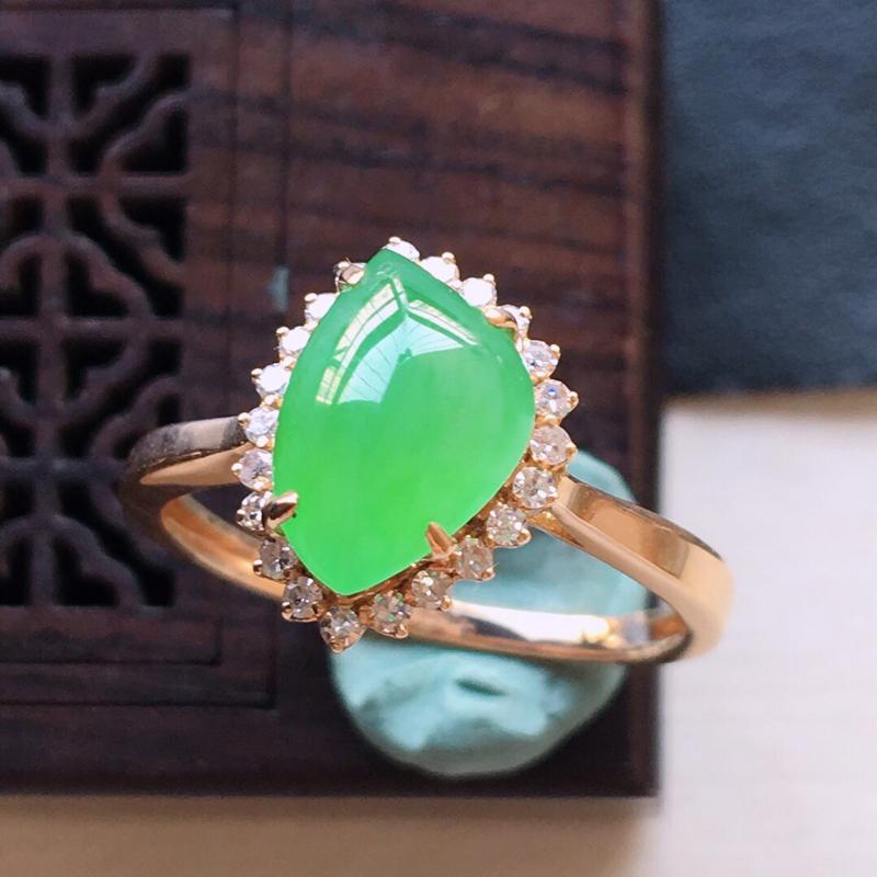 18k金镶嵌伴钻满绿戒指, 料子细腻,雕工精美,颜色漂亮,圈口:17mm  含金尺寸:12×9×8m