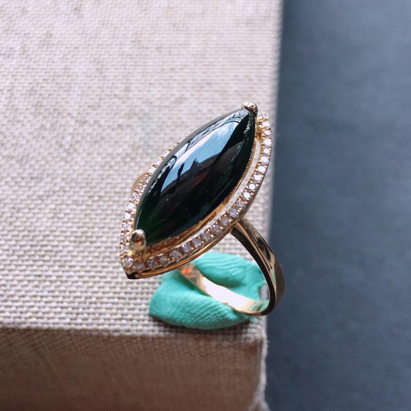 18k金镶嵌围钻墨翠戒指。料子细腻,雕工精美,