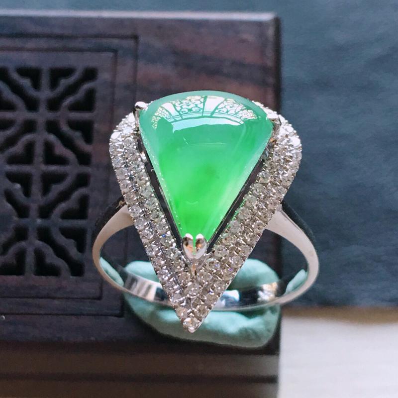 18k金镶嵌双围钻满绿戒指。料子细腻,雕工精美,
