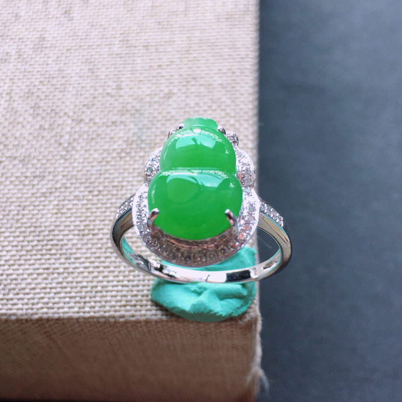 18k金镶嵌围钻满绿葫芦戒指。料子细腻,雕工精美,颜色漂亮,