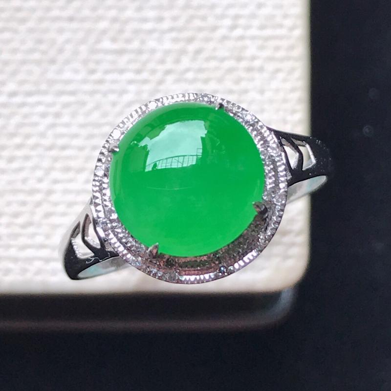 天然翡翠A货。冰糯种阳绿蛋面戒指,18K金镶嵌伴钻,水润通透,色泽鲜艳。镶金尺寸:10.8*11*7