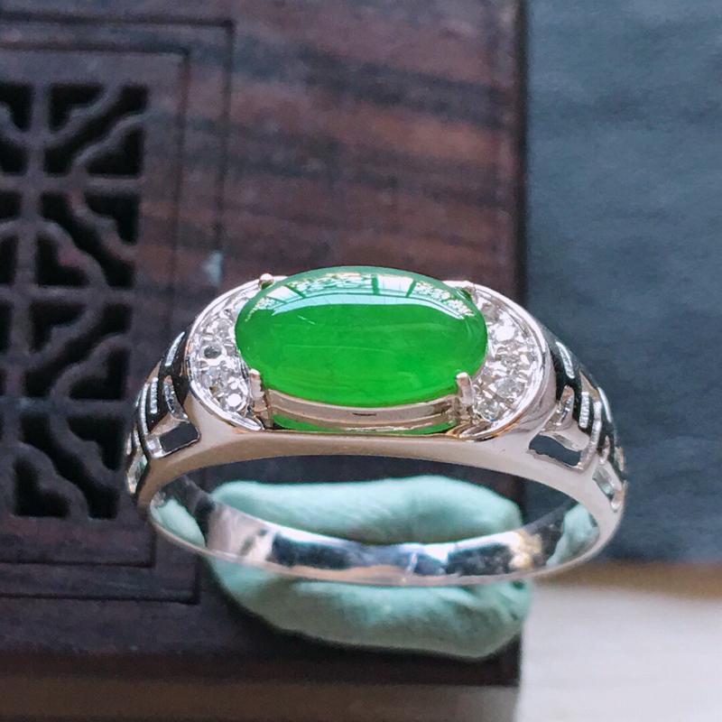 18k金镶嵌伴钻满绿戒指, 料子细腻,雕工精美,颜色漂亮,含金尺寸:13×6×5mm  裸石尺寸:8