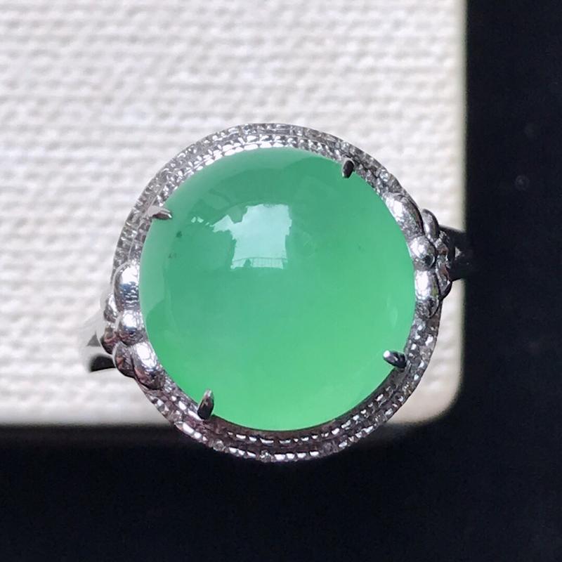 天然翡翠A货。冰糯种满绿蛋面戒指,18K金镶嵌伴钻。水润通透,色泽鲜艳。镶金尺寸:14*15.5*8
