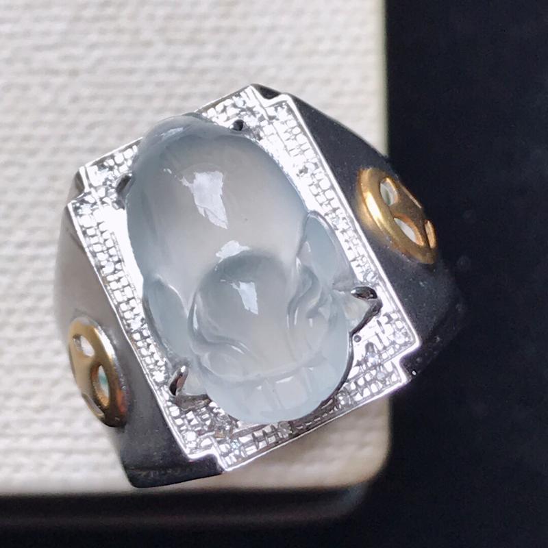 天然翡翠A货。冰种金蟾马鞍戒指,18K金镶嵌伴钻,水润通透,色泽鲜艳。镶金尺寸:16.5*12.5*
