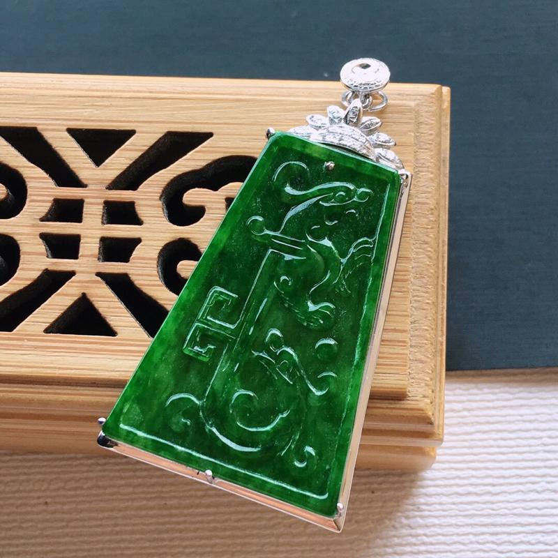 18k金镶嵌伴钻满绿仿古龙凤牌吊坠。料子细腻,雕工精美,颜色漂亮,   含金尺寸:44×23×5mm