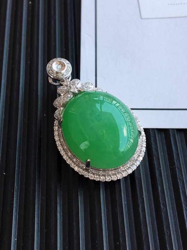 18k金镶嵌满绿蛋面吊坠,品相完美,玉质细腻,色阳浓郁,佩戴大方,裸石:21.7*17.1*8.0整