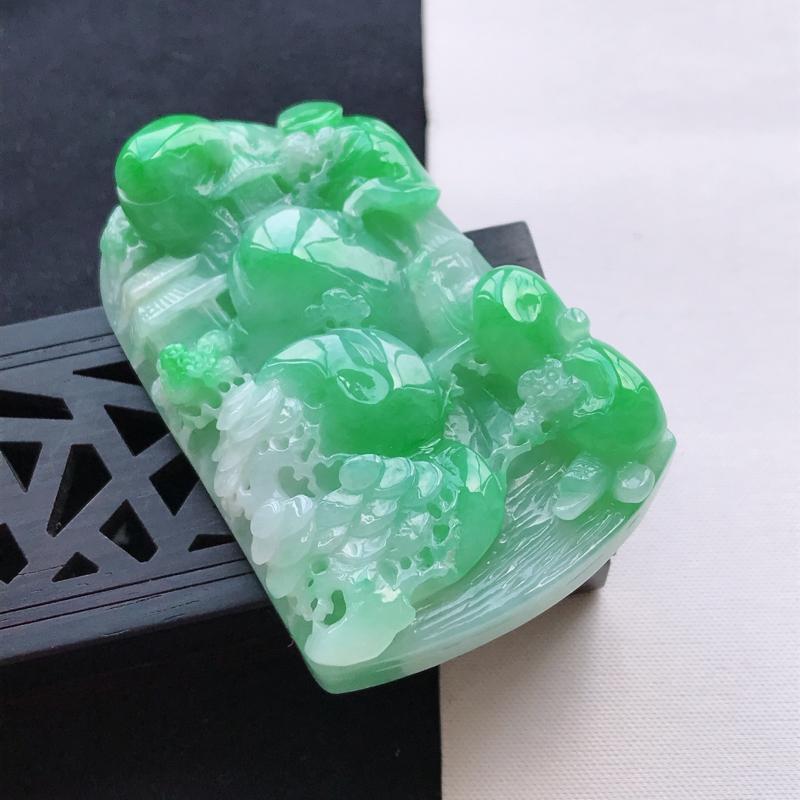 天然翡翠A货细糯种飘绿正装山水牌吊坠,尺寸59.6*37.6*12.4mm,玉质细腻,底色漂亮,上身