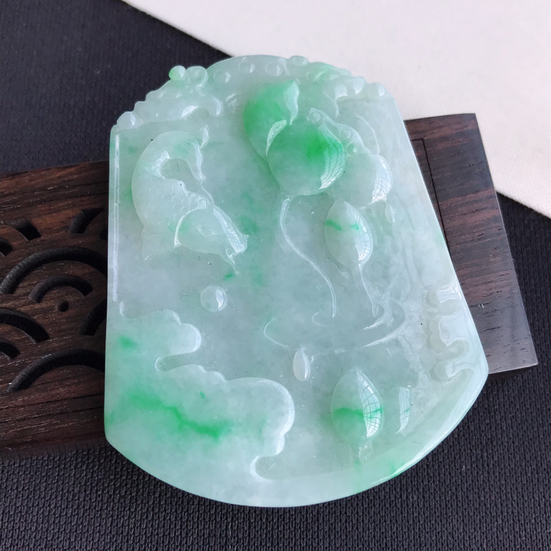 天然翡翠A货糯种飘绿年年有余吊坠,尺寸:54.6×43.1×6.1mm,水润通透,形体饱满,雕工精美