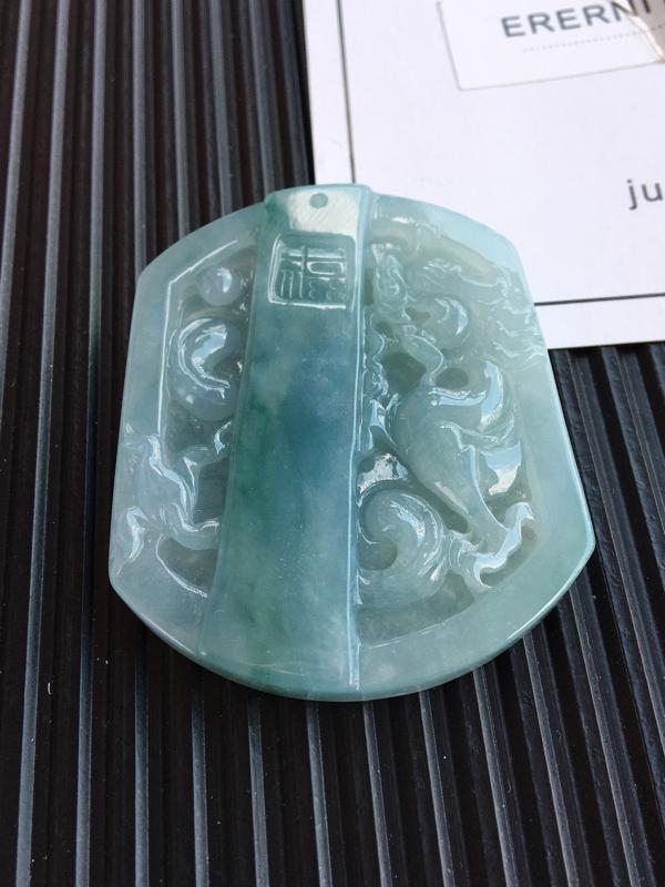 细糯种特色龙牌吊坠,品相完美,玉质细腻,佩戴大方,尺寸:53.4*44.3*6.5