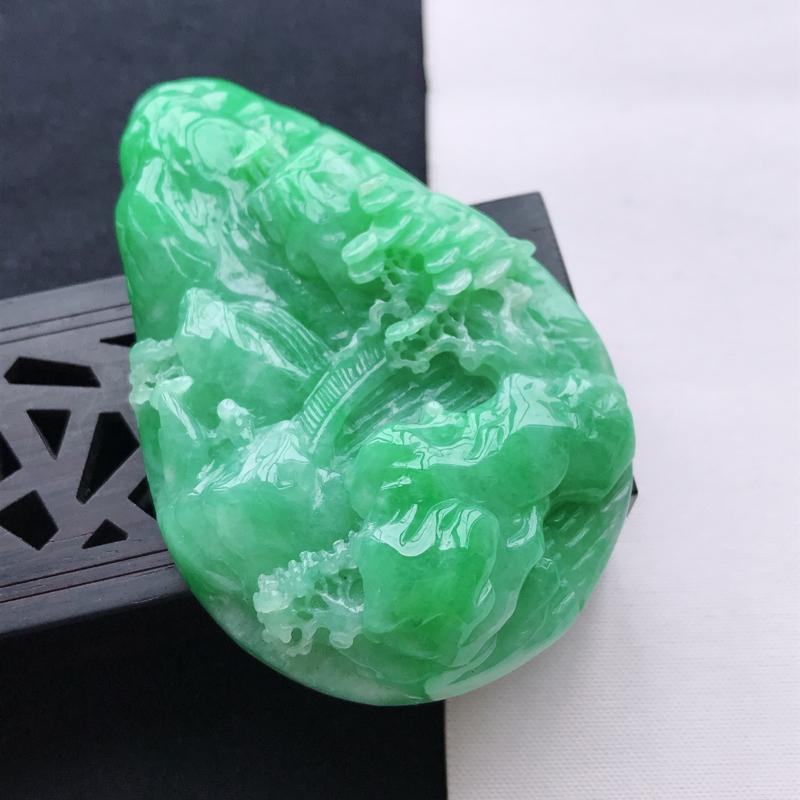 天然翡翠A货细糯种飘绿山水牌吊坠,尺寸69.7*45*13.4mm,玉质细腻,底色漂亮,上身效果好看