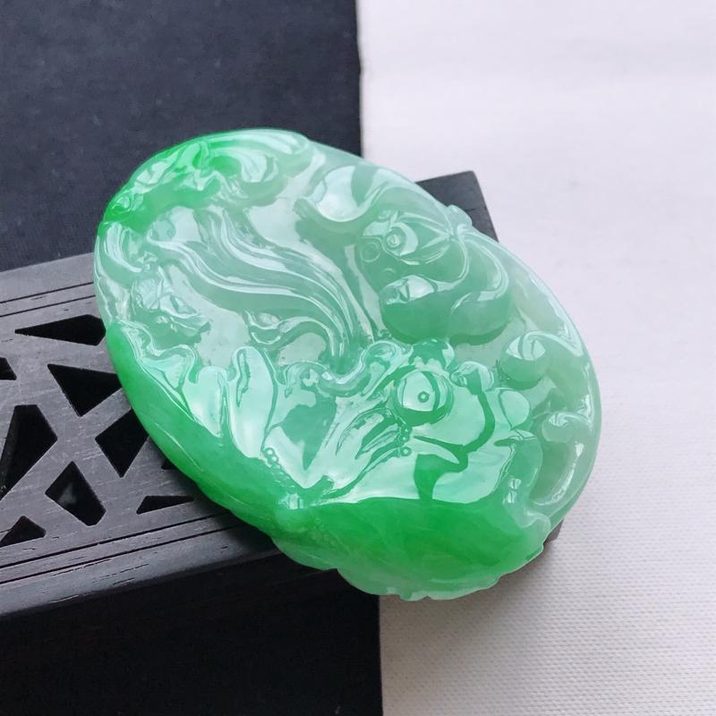 天然翡翠A货糯化种飘阳绿正装荷叶鱼吊坠,尺寸54.5*36.5*8.6mm,玉质细腻,底色漂亮,上身