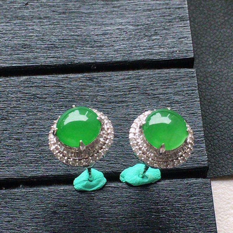 缅甸翡翠18k金伴钻镶嵌满绿蛋面耳钉,自然光实拍,颜色漂亮,玉质莹润,佩戴佳品,包金尺寸:9.8*8