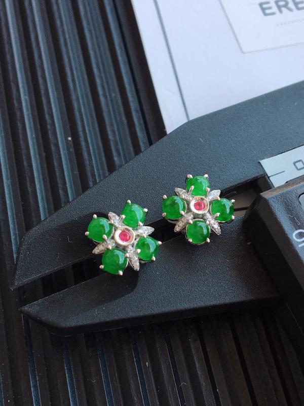 阳绿18k金镶嵌耳坠,品相完美,玉质细腻,色阳浓郁,佩戴大方,整体:9.3*9.3*4.3mm