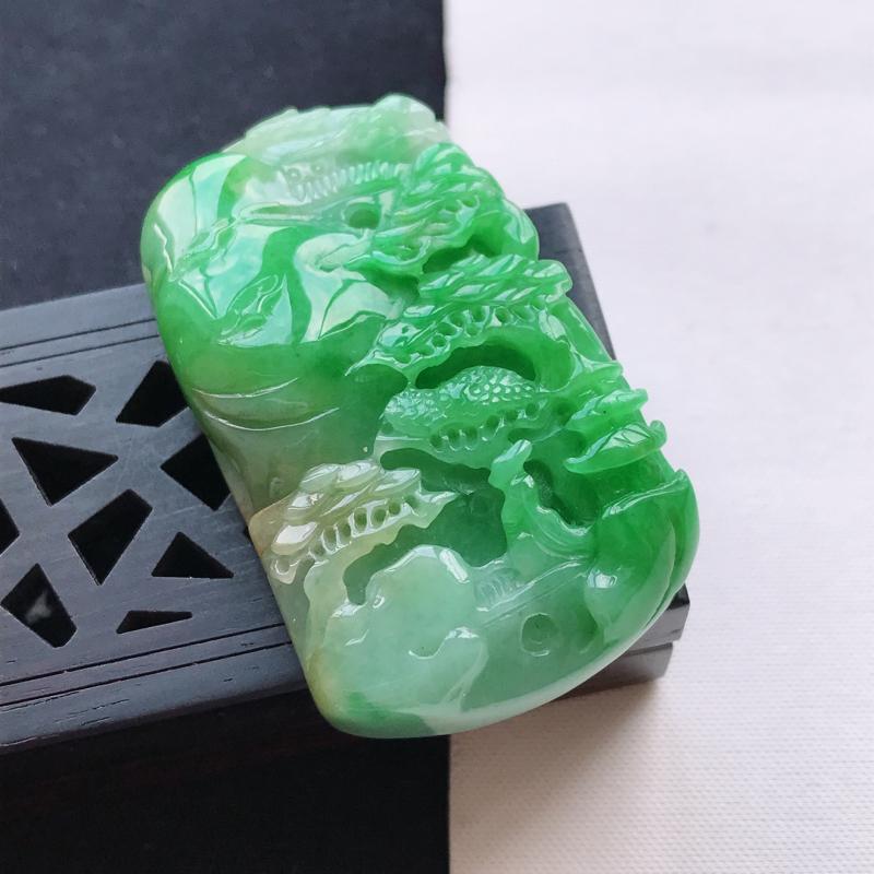 天然翡翠A货细糯种飘阳绿山水牌吊坠,尺寸48.7*28.9*11mm,玉质细腻,底色漂亮,上身效果好