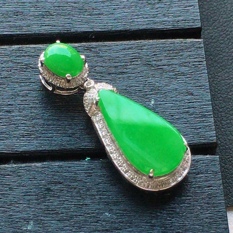 缅甸翡翠18k金伴钻镶嵌满绿水滴吊坠,自然光实拍,颜色漂亮,玉质莹润,佩戴佳品,包金尺寸:28.7*