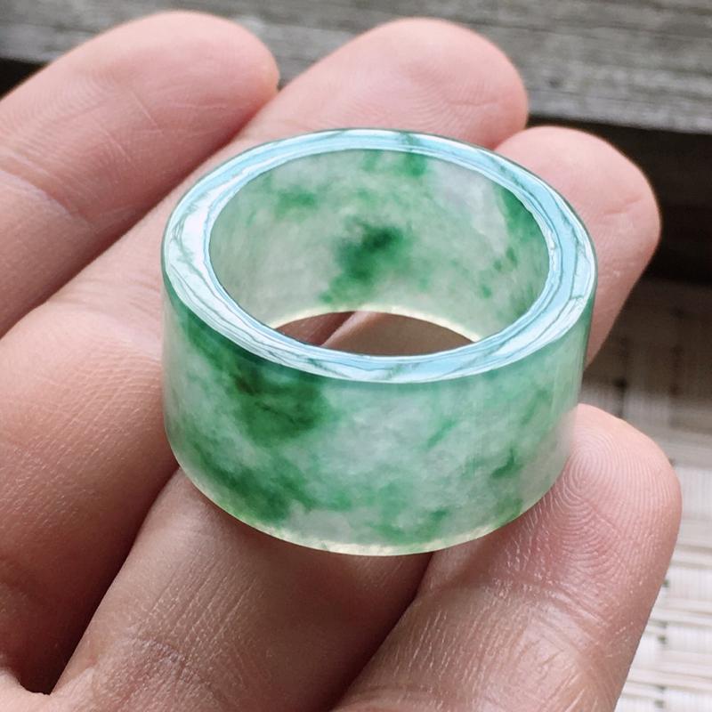 冰种飘绿素面扳指22圈口,通透冰润,颜色鲜艳,雕工精致,完美无纹裂,佩戴送礼佳品!