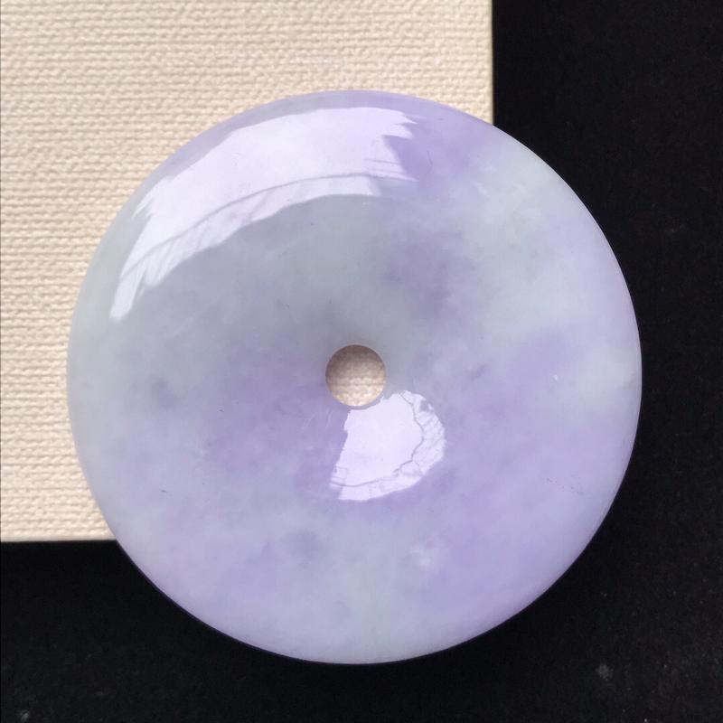 天然翡翠A货。细糯种紫罗兰大平安扣吊坠。玉质莹润,品相极佳。尺寸:54*7mm。