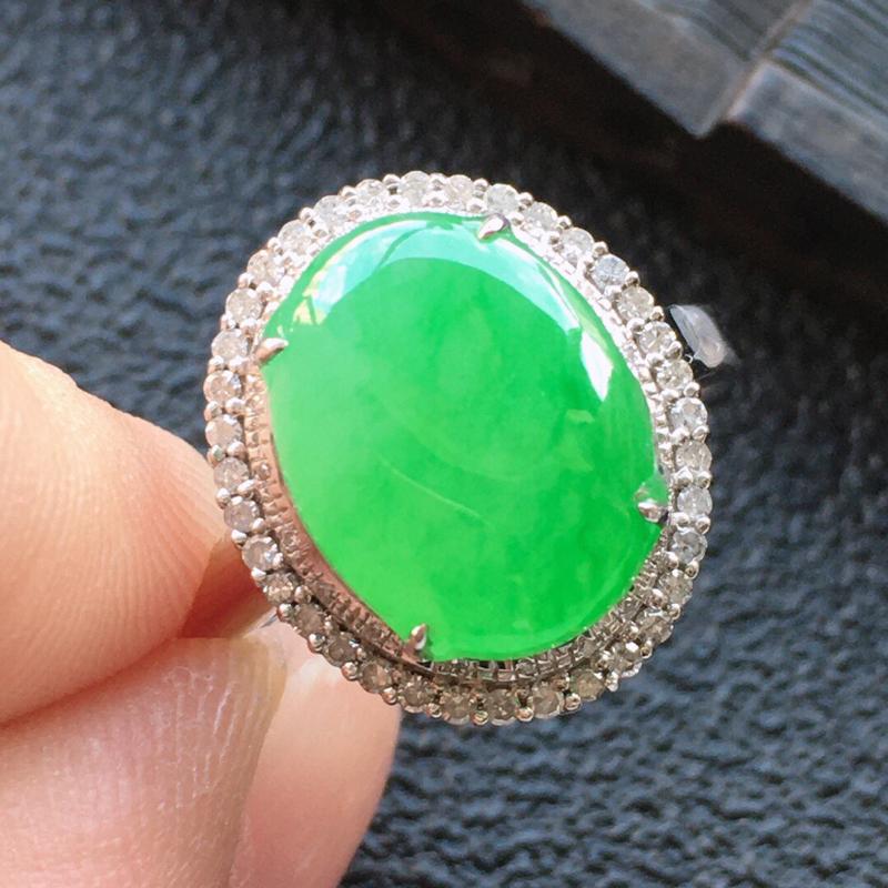 精品翡翠18K镶嵌伴钻戒指,雕工精美,玉质莹润,尺寸:内径:17MM,裸石尺寸: 12.6*9.4*