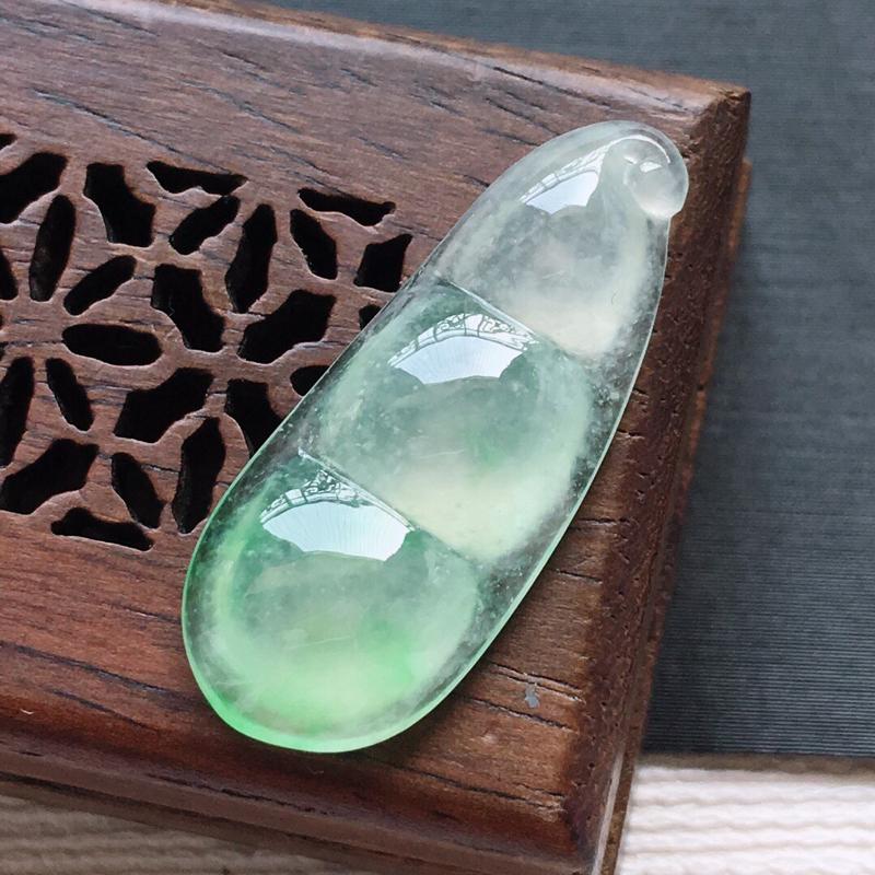 冰糯种飘绿四季豆吊坠,     料子细腻,雕工精美,颜色漂亮,  尺寸:25.5×10.3×4.5m