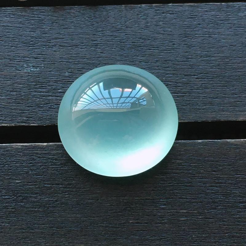 自然光实拍,缅甸a货翡翠,高冰种晴水大蛋面,起荧光,种好通透,水润玉质细腻,工艺佳,饱满,品相佳,