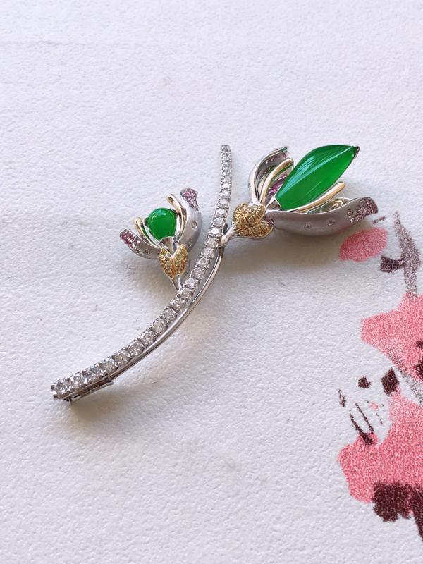 自然光实拍,缅甸a货翡翠,阳绿水滴18k伴钻胸针,色泽阳绿,冰透起光,镶嵌款式豪华高档,佩戴效果好,