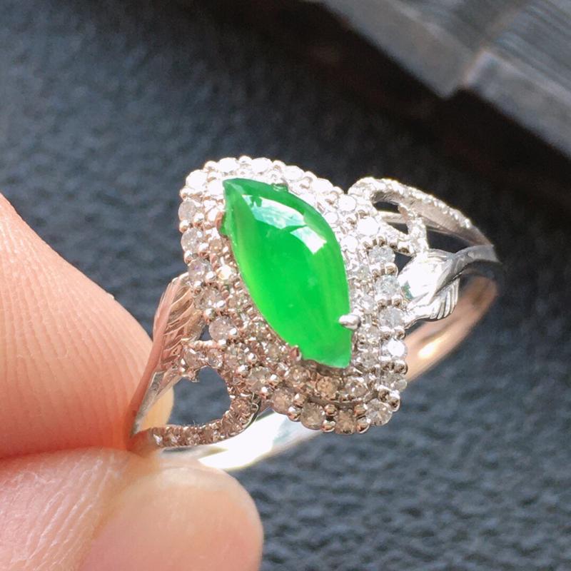 精品翡翠18K镶嵌伴钻戒指,雕工精美,玉质莹润,尺寸:内径:16.8MM,裸石尺寸:8.5*3.8*