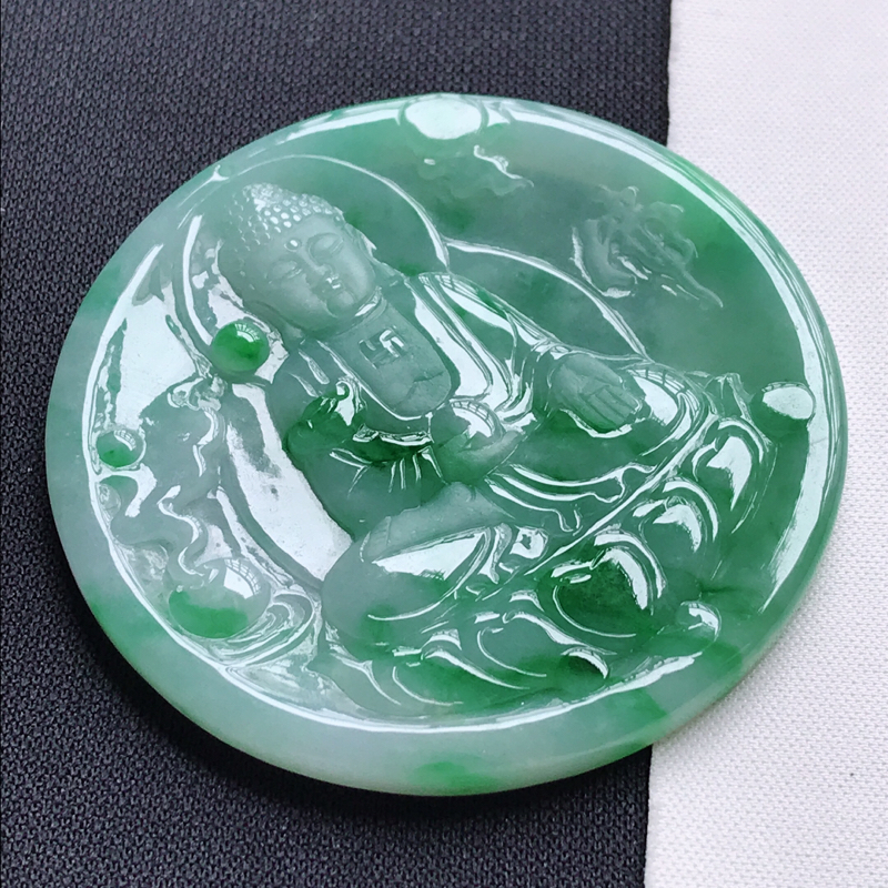 翡翠A货,糯种飘阳绿大日如来吊坠玉质细腻,底色漂亮,上身高贵,尺寸55.9/55.9/4.1,