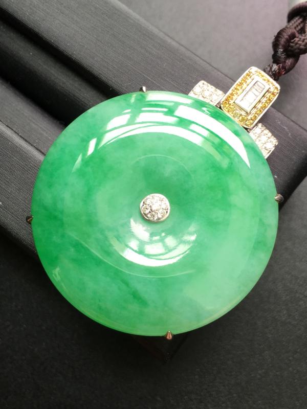 翡翠A货,平安扣吊坠,18K金钻石镶嵌,完美,种水超好,性价比高。